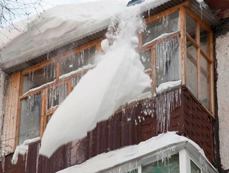 ВОренбуржьеСК завел дело после падения глыбы льда намужчину