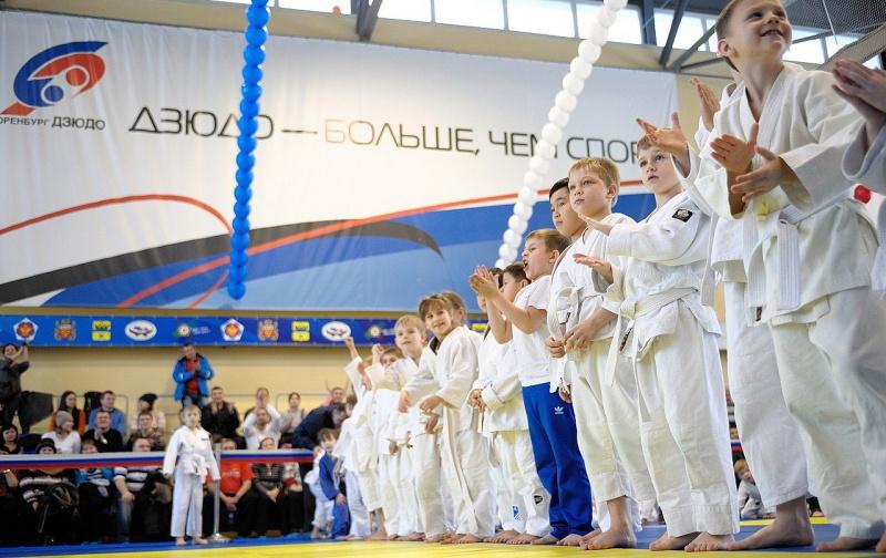 В Оренбурге Дед Мороз вручил медали юным дзюдоистам