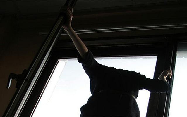 Начата проверка пофакту выпадения женщины изокна четвертого этажа вОренбурге