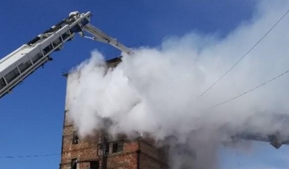 ВОренбурге cотрудники экстренных служб гасят появившийся назаводе пожар