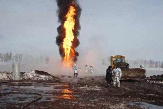 Пожар нагазо-нефтяной скважине гасят вОренбургской области
